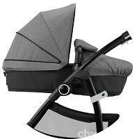 Люлька для новорожденного легко трансформируется в прогулочную коляску механически, а не на ремешках-застежках.
